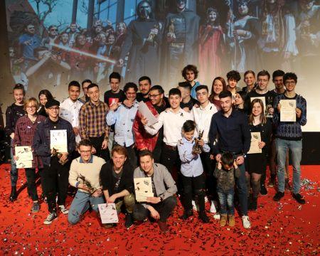 Gruppenfoto der Preisträger des 31. Mittelfränkischen Jugendfilmfestivals auf der Bühne